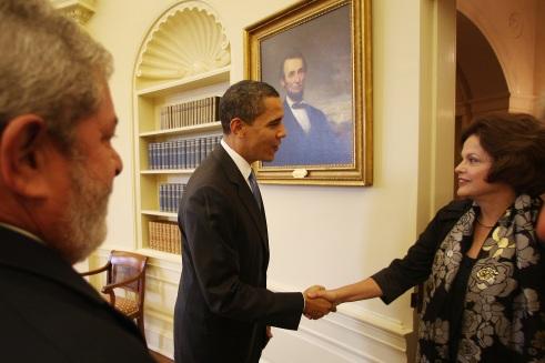 Ela só pode entrar na Casa Branca e cumprimentar o Obama. Afinal, Casablanca é no Marrocos, certo?